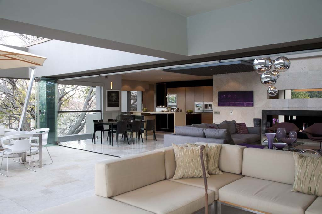 smart-home-atrium-residents-open-living-room-design