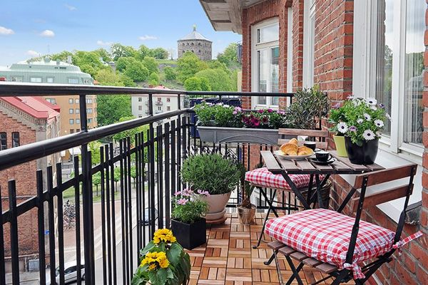 Simple-and-stylish-modern-balcony-garden-idea