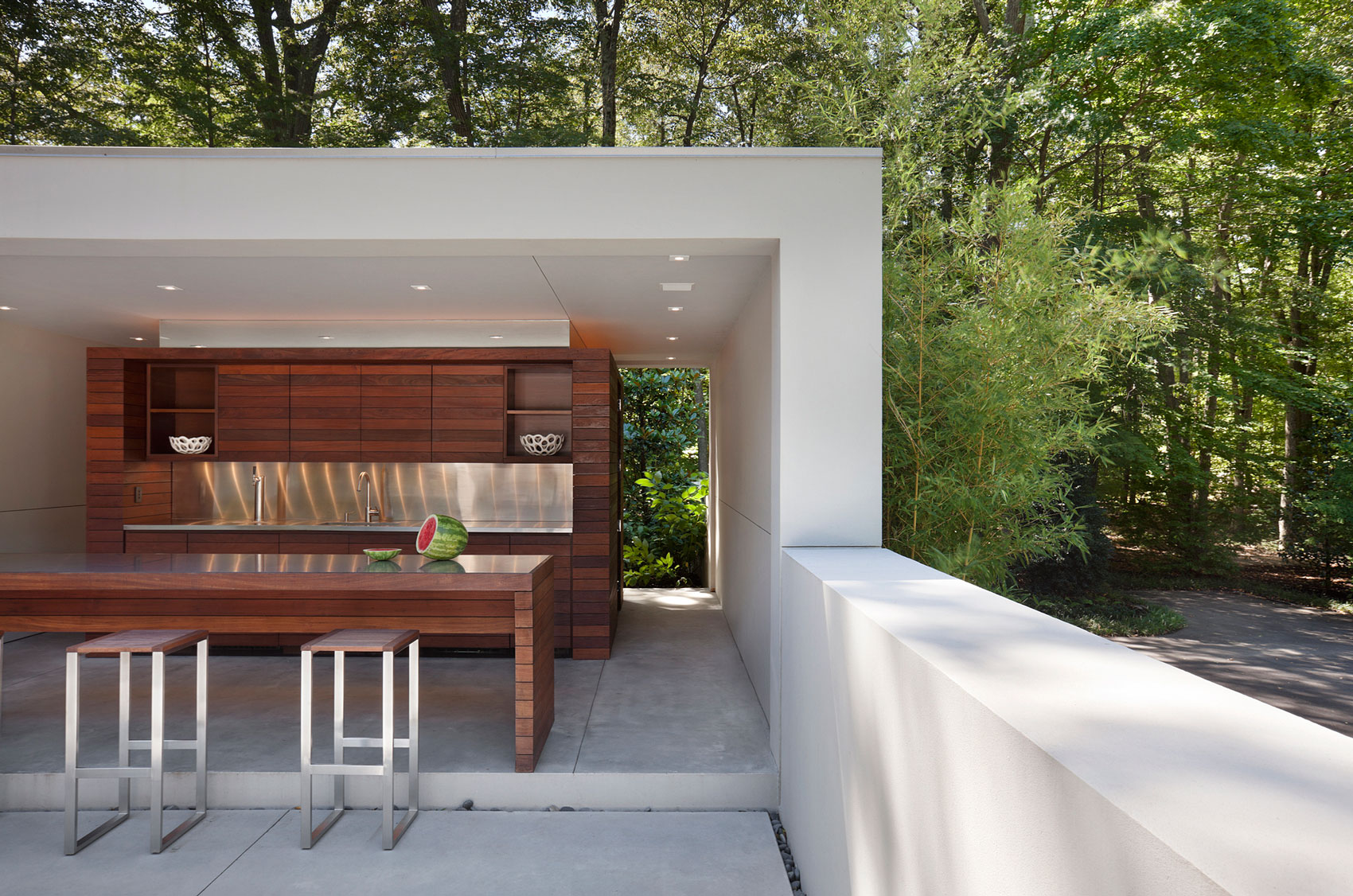entrancing-cool-cabinets-along-with-stainless-steel-backsplash-on-modern-outdoor-kitchen-in-addition-to-flat-roof-along-with-square-stool-pads