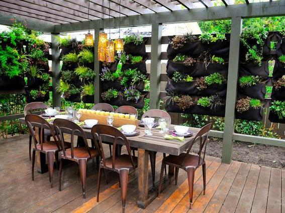 outdoor-dining-room-garden-wall