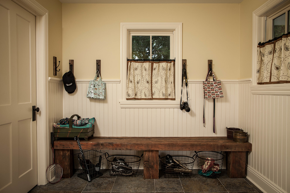 20 amazing farmhouse entry design ideas for Farmhouse mudroom ideas