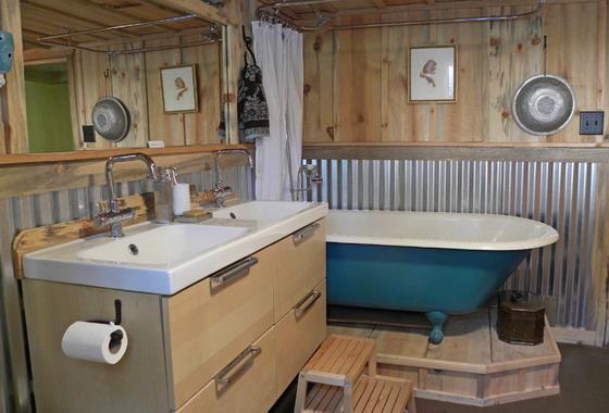 Wood-Industrial-Bathroom-Interior-Design
