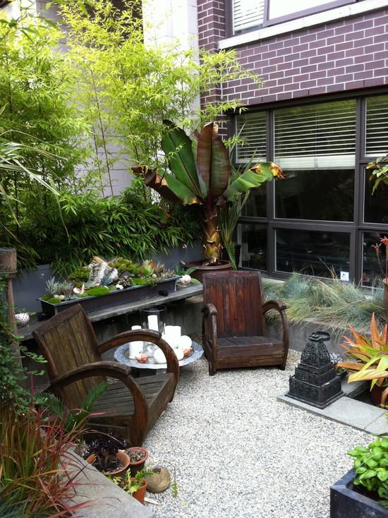 small-garden-design-bamboo-trees-outdoor-furniture