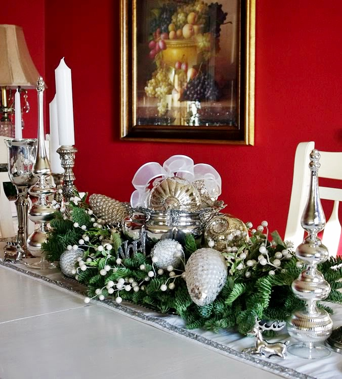 24 superb christmas dining decor ideas for Ideas to decorate dining room table for christmas