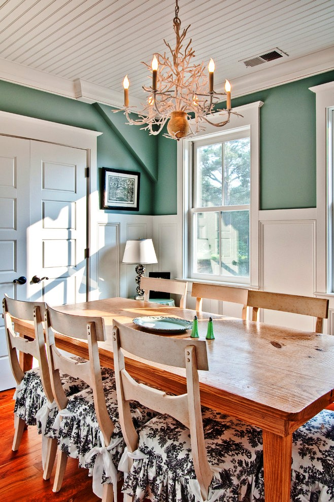 Dining-Room-Farmhouse-with-antler-chandelier-black-