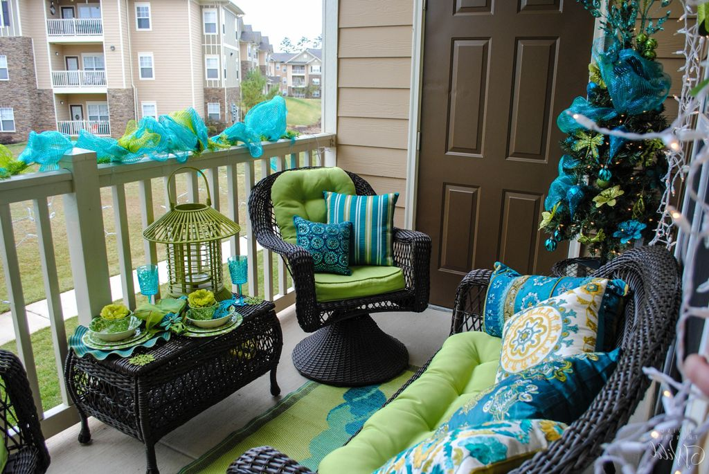 15 amazing balcony decor ideas for christmas for Small outdoor decorating ideas
