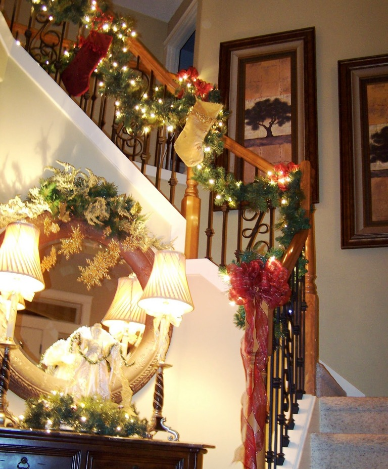 25 Christmas Staircase Decoration Ideas