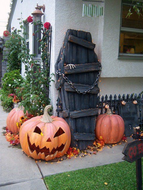 Halloween Decorations Made Out Of Recycled Pallets