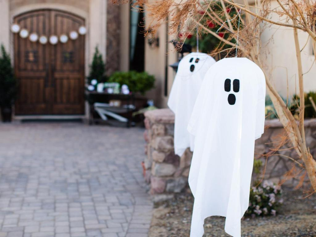 Halloween-hanging-ghosts-beauty