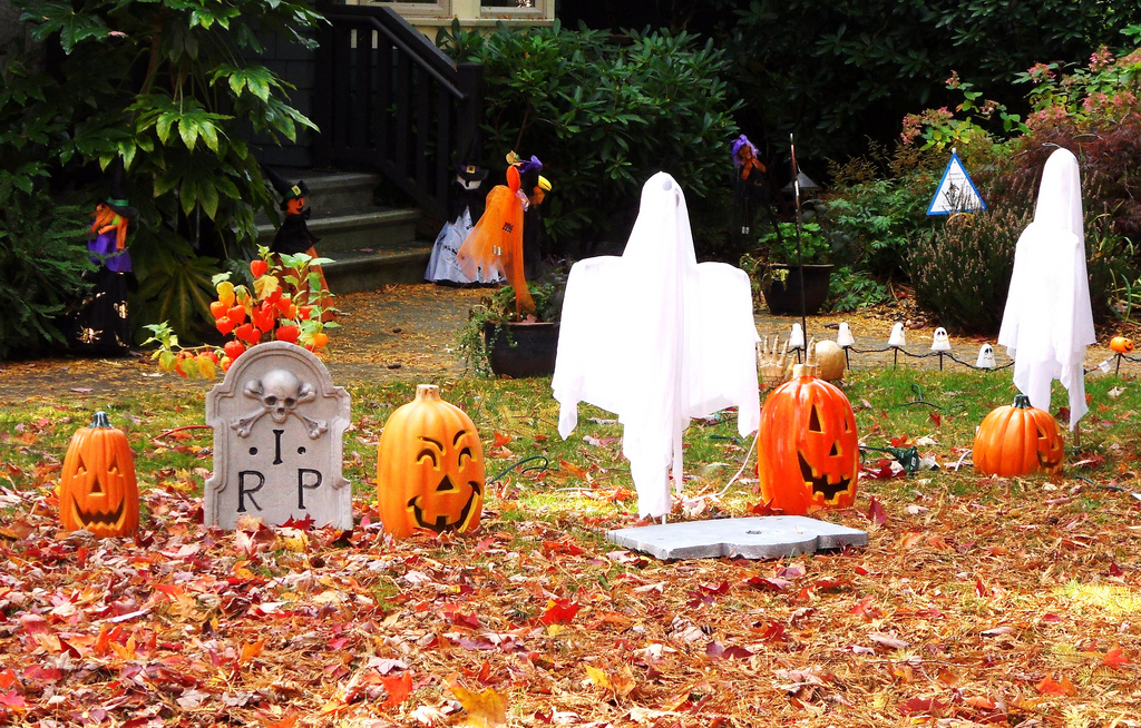 halloween-ghost-decorations-yard
