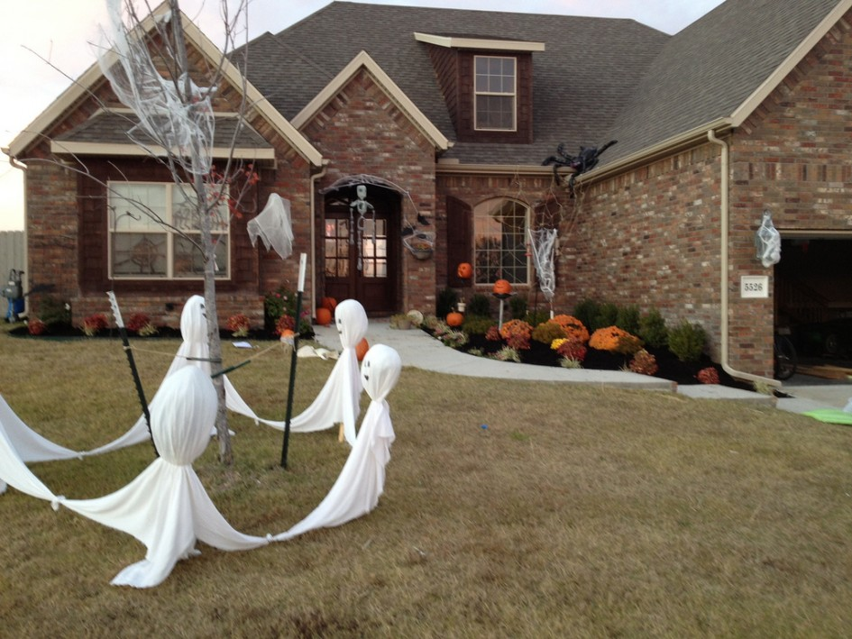 simple-halloween-garden-decor-ghost-spider-web