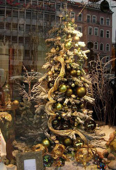 modern christmas tree decorating idea