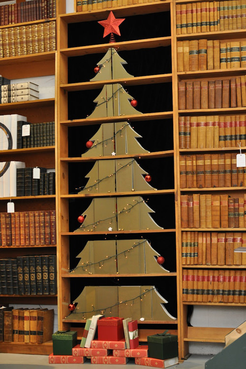 Bookshelf Improvisation Christmas Tree Thewowdecor