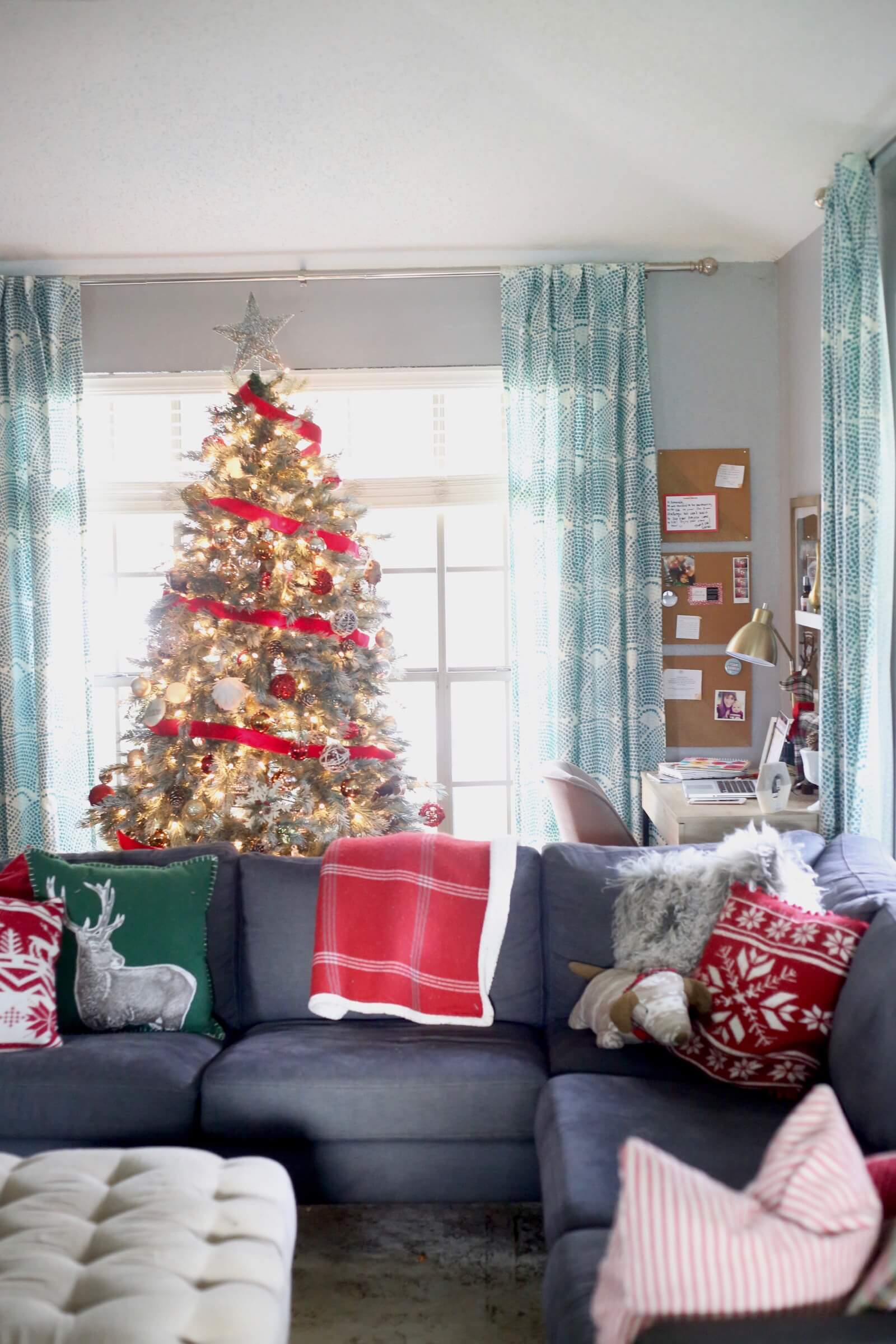 50 best christmas living room decor ideas for Christmas decor ideas for living room