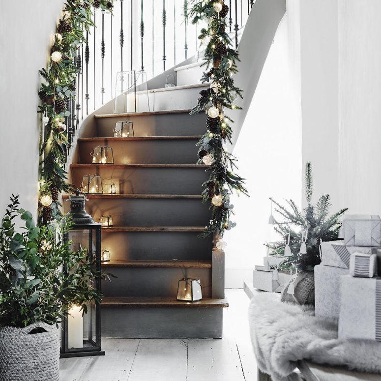 Christmas Stairs Decoration Ideas thewowdecor (19)