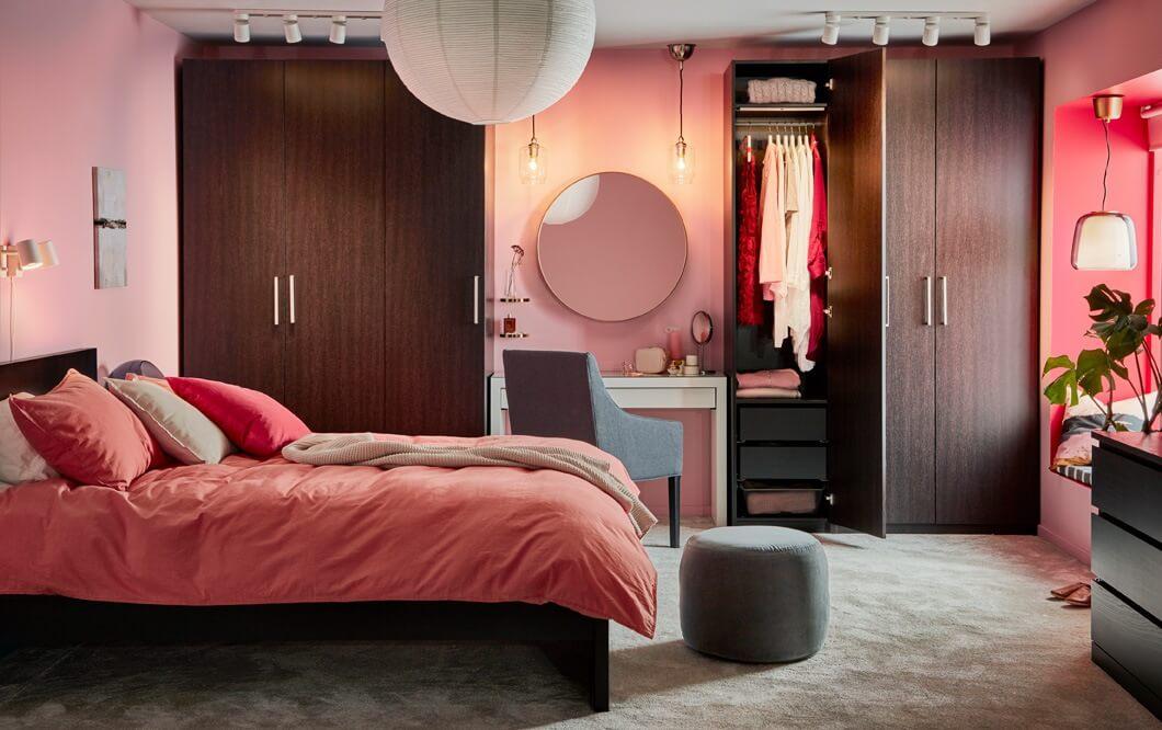 Linear dressing room in a narrow bedroom